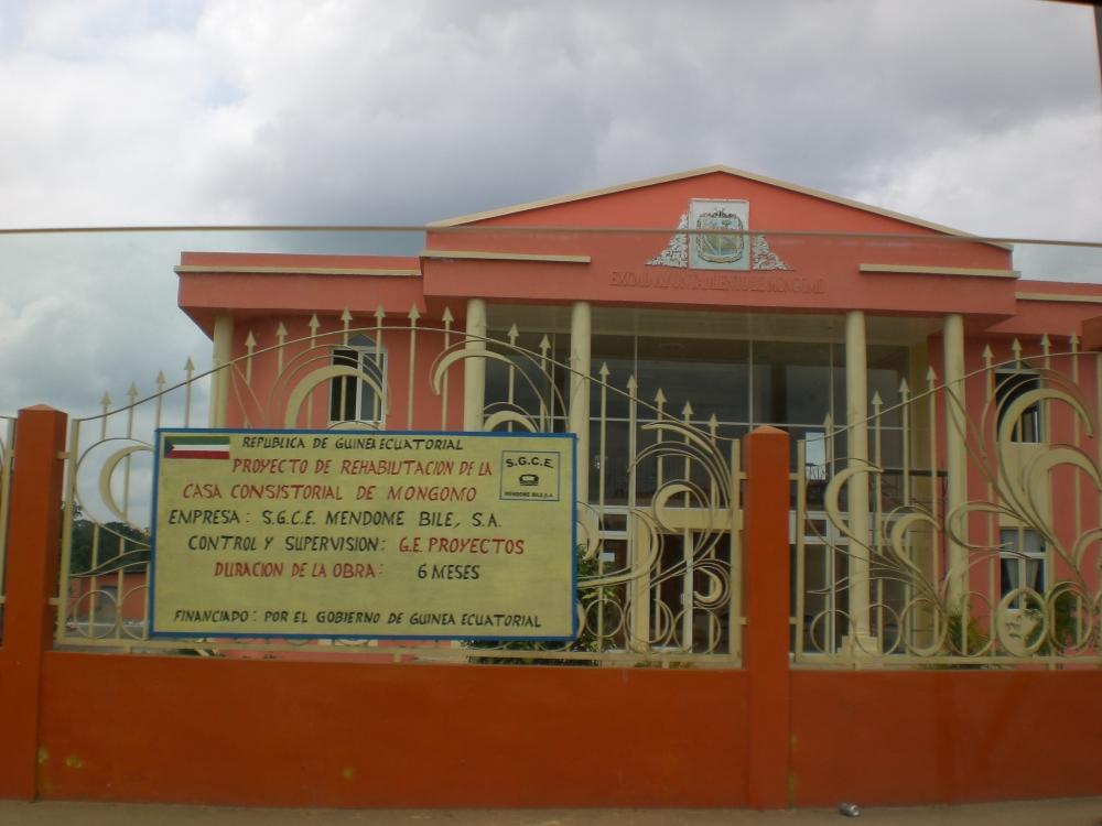 OTRA  CIUDAD  DE  GUINEA: MONGOMO (2/6)